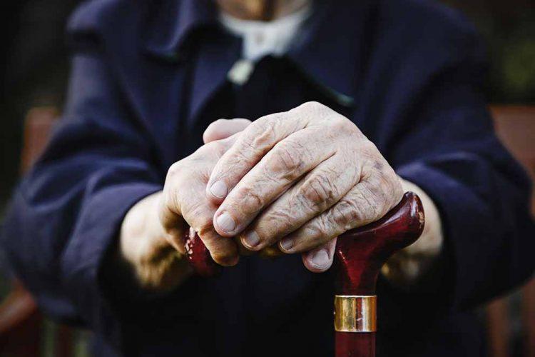 Sich stützen können im Alter – auch auf die gesetzliche Rente. Darauf ist der Großteil der Rentner angewiesen. Die Gewerkschaft NGG fordert eine Stärkung der gesetzlichen Rentenversicherung. Andernfalls drohe Tausenden Altersarmut, auch wenn sie ein Leben lang gearbeitet haben. | Bildquelle: © NGG