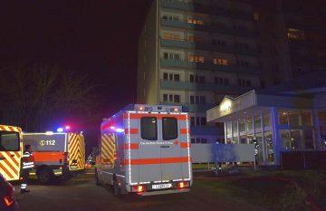 Feuerwehren löschten Wohnungsbrand in Hochhaus [Update]