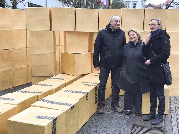 Von links: Hans Ferenz, Thekla Bernecker (Bündnis gegen Rechtsextremismus Eisenach) und Oberbürgermeisterin Katja Wolf | Bildquelle: © Stadt Eisenach