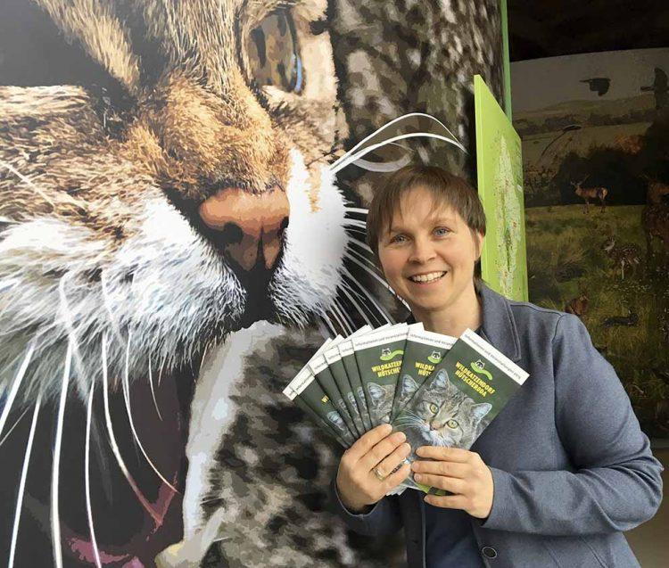 Claudia Wilhelm, Geschäftsführerin der Wildtierland Hainich gGmbH hält die Informations- und Veranstaltungsbroschüre in den Händen | Bildquelle: © Wildtierland Hainich gGmbH