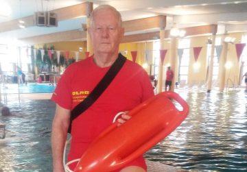 80 und kein bisschen müde. Jo Liebetanz wiederholt Rettungsschwimmprüfung!