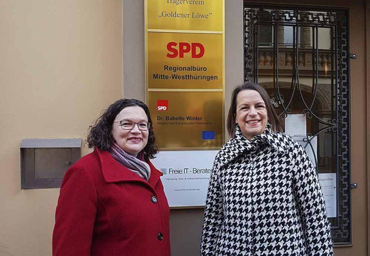 Andrea Nahles und Dr. Babette Winter vor dem Büro in Eisenach | Bildquelle: © Büro Dr. Babette Winter