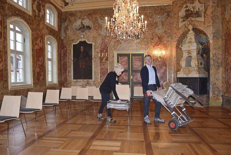 Uta und Klaus Dieter Liemen lieferten die neuen Stühle.   Bildquelle: © Stadt Eisenach