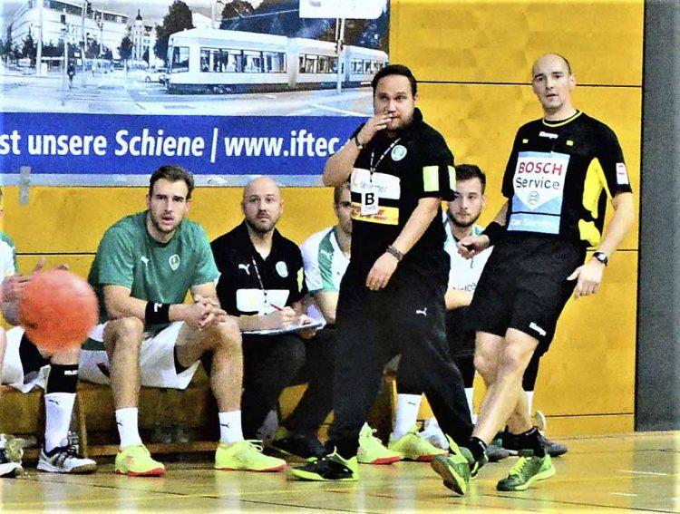 Alexander Schiffner als Co-Trainer sitzend und notierend auf der Bank der SG Leipzig II | Bildquelle: © Frank Arnold • sportfotoseisenach / ThSV Eisenach
