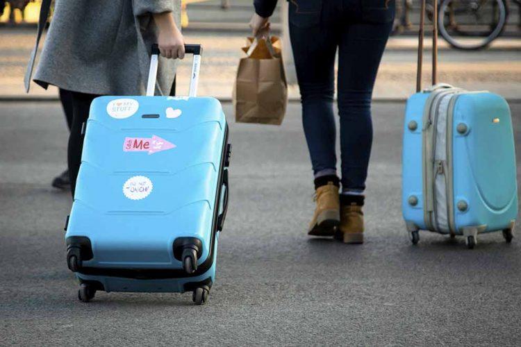 Reisen liegt im Trend: Urlauber und Geschäftsreisende sorgen dafür, dass die Zahl der Übernachtungen steigt. Die Gewerkschaft Nahrung-GenussGaststätten (NGG) warnt jedoch vor immer längeren Arbeitszeiten für die Beschäftigten der Branche. | Bildquelle: © NGG