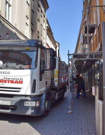 Nach dem Brand: Große Hilfsbereitschaft – Gerüsttunnel in der Querstraße sichert Fußgänger