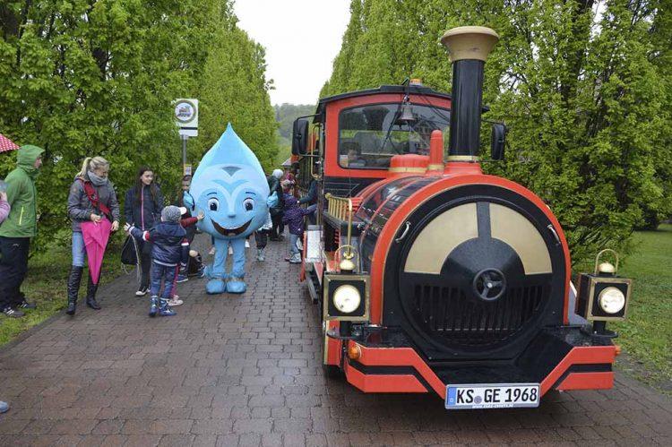 Salinchen mit der Express-Bahn an der Haltestelle Gradierwerk. | Bildquelle: © Katrin Knüpfer (KTU) / SOLEWELT Bad Salzungen