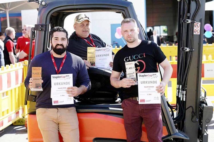 Mustafa Öndes (li.), Maik Grünbaum (Mi.) und Wassili Freimann (re.) sind die besten Staplerfahrer aus der Mitte Deutschlands. | Bildquelle: © StaplerCup/Mario Zgoll