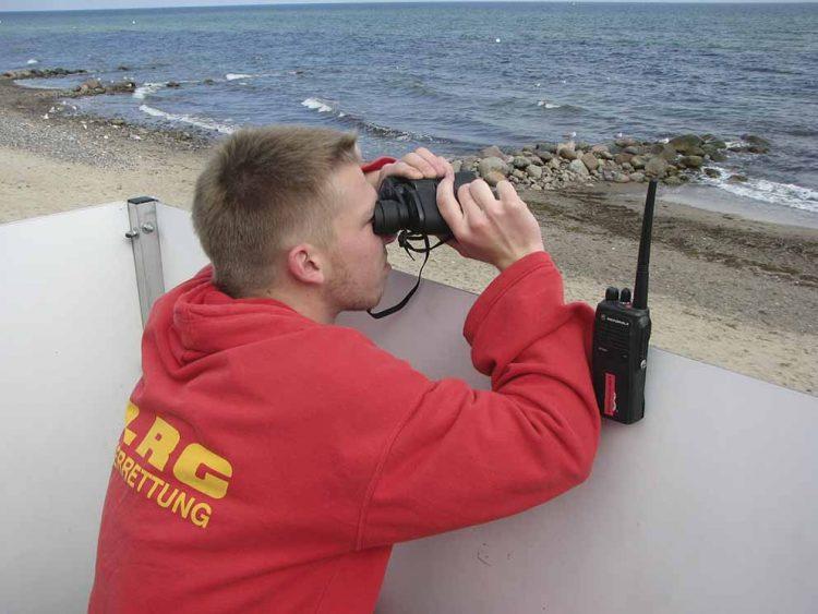 Der Thüringer Jonas Röser im Einsatz an der Ostsee. | Bildquelle: © DLRG