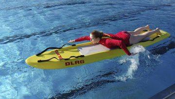 Bildquelle: © Peter Urbach/ DLRG Eisenach Selina Urbach, Rettungsschwimmerin aus Eisenach, trainiert mit einem Rettungsbrett.