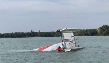 Bildquelle: René Rimbach / DLRG Thüringen  Übungssimulation: Ein Katamaran in simulierter Seenot.