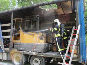 Gabelstapler gerät auf Sattelauflieger in Brand
