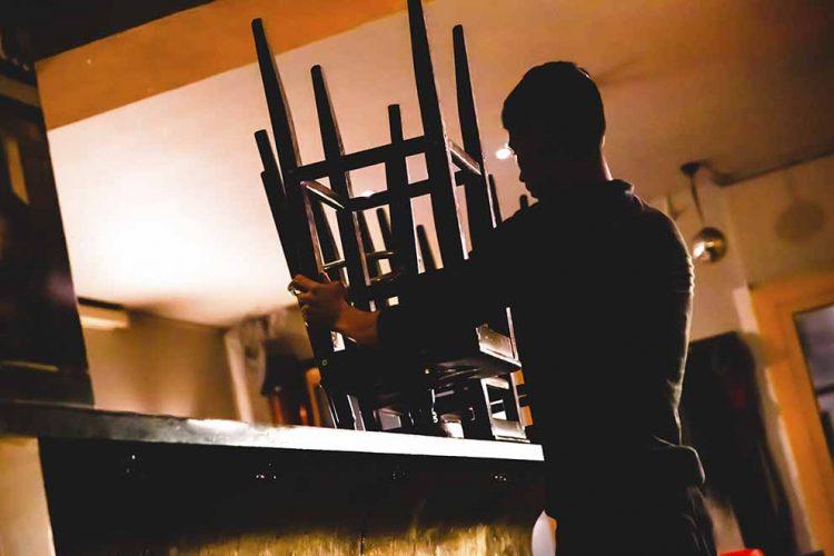 Die dunkle Seite einer Branche: In vielen Kneipen, Restaurants und Hotels wird noch immer der Mindestlohn unterlaufen. Die Gewerkschaft NGG fordert mehr Betriebskontrollen durch den Zoll.   Bildquelle: © NGG