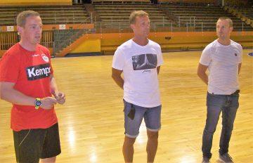 Bildquelle: Th. Levknecht Alexander Nöthe (li.) und Roberto Trautmann (re.) stellen Uwe Seidel (Mitte) den A- und B-Jugendlichen vor