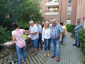 Bildquelle: Sahle Wohnen Sahle Wohnen-Kundenbetreuerin Silke Köhler-Dietzel (Mitte links) freute sich mit den Bewohnern über das gelungene Hoffest.