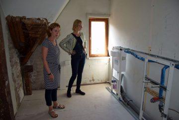 Bildquelle: Stadtverwaltung Eisenach Besichtigen die neuen Toilettenräume in der Eisenacher Musikschule (von links): Musikschulleiterin Sylvia Löchner und Oberbürgermeisterin Katja Wolf.
