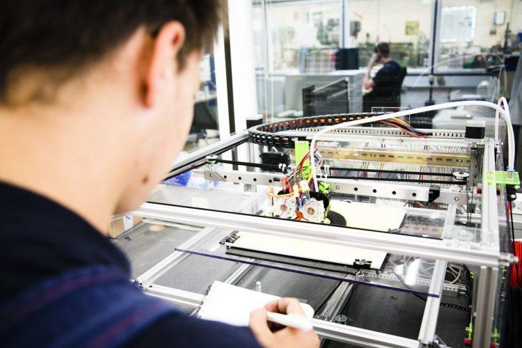Bildquelle: NGG Technik hinterm Essen. Azubis in der Lebensmittelindustrie sind längst am 3D-Drucker aktiv. Die Gewerkschaft NGG weist auf freie Ausbildungsplätze in der Branche hin.