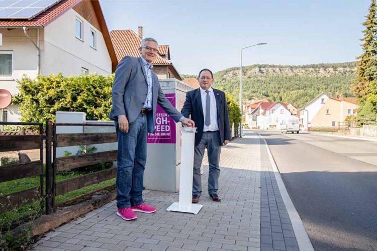 Bildquelle: © Deutsche Telekom AG Netzeinschaltung an einem der neuen Multifunktionsgehäuse. Von links nach rechts: Armin Geißler (Regionalmanager Deutsche Telekom) und Torsten Gieß (Bürgermeister von Wutha-Farnroda).