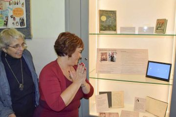 Bildquelle: © Stadt Eisenach Adina Ben-Chorin (links) und Ariela Kimchi neben der neuen Vitrine in der Goetheschule