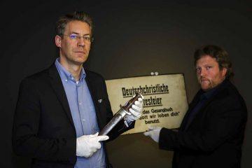 Bildquelle: Stiftung Lutherhaus Eisenach (Sascha Willms Die Kuratoren der Sonderausstellung mit Exponaten aus der Ausstellung (v.l.): Dr. Jochen Birkenmeier und Michael Weise M.A.