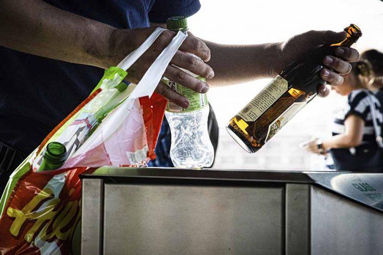 Bildquelle: © NGG Wenn es am Monatsende zu eng wird: Wegen niedriger Einkommen sind viele Menschen auf Zusatzeinkünfte – wie hier aufs Pfand-Sammeln – angewiesen.