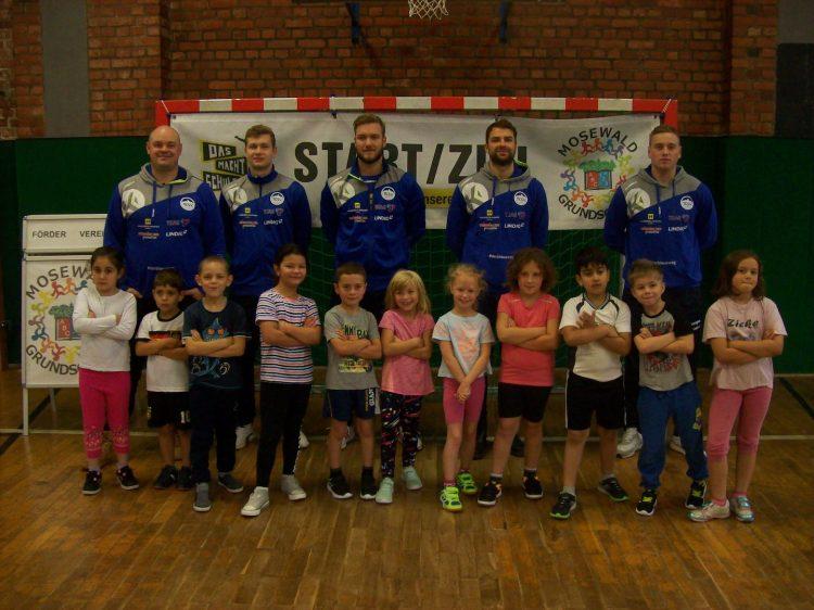 Bildquelle: Th. Levknecht) Gruppenfotos mit den ThSV-Zweitbundesliga-Handballern
