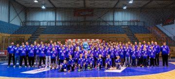 Bildquelle: ThSV Eisenach Alle Spieler aus dem Amateurbereich des ThSV Eisenach zeigen sich stolz mit neuer einheitlicher Sportkleidung