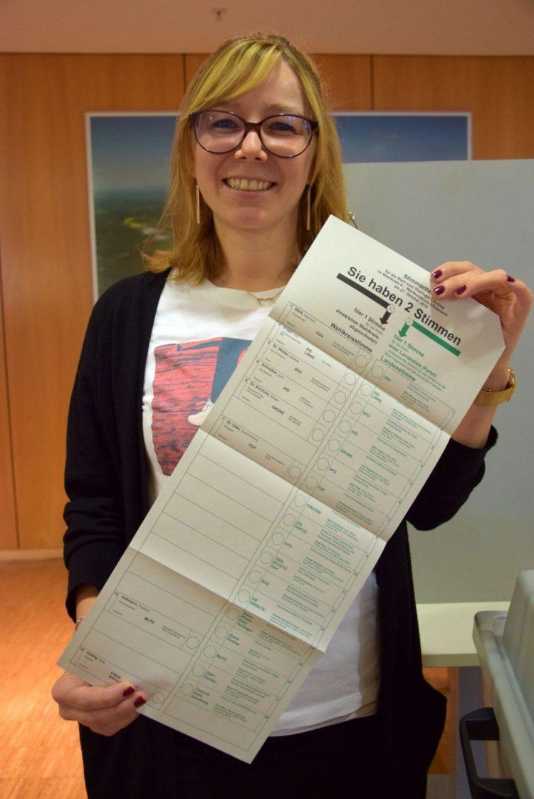 Bildquelle: Stadt Eisenach Verwaltungsmitarbeiterin Kathleen Ehrhardt zeigt de Stimmzettel zur Landtagswahl 2019.