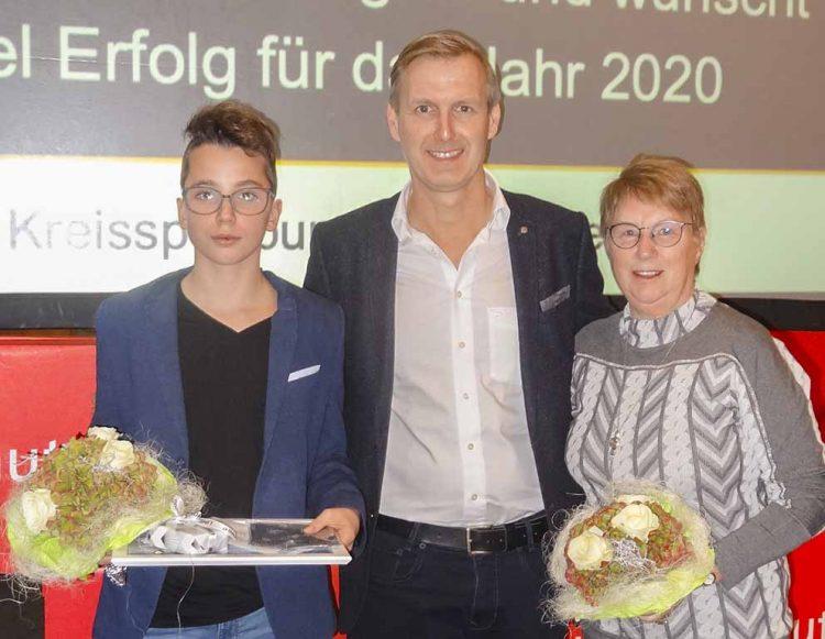 Bildquelle: © Jürgen Büchner / DLRG Eisenach Die Geehrten Leandro Klein (links) und Ilona Büchner (rechts) mit Peter Urbach, dem Geschäftsführer der DLRG Ortsgruppe Eisenach.
