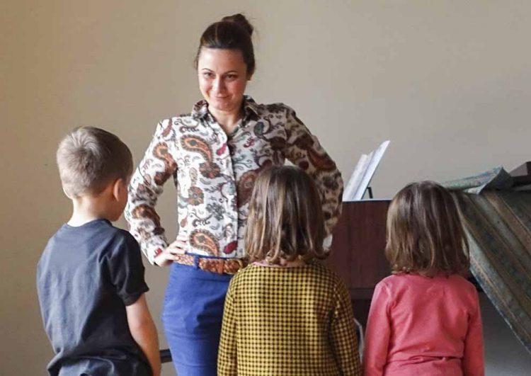 Bildquelle: © Stadt Eisenach Chorprojekt - Musiklehrerin mit Kindern