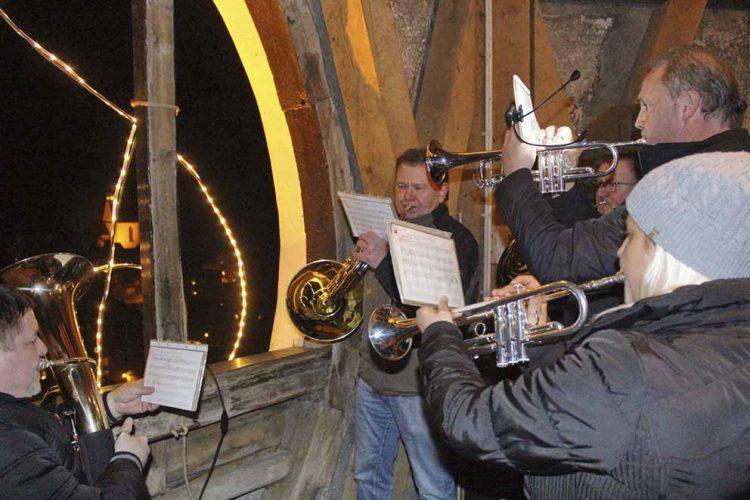 Bildquelle: © S. Rost Die Erbstromtalmusikanten sind auch in diesem Jahr auf dem Kirchturm der St. Concordia-Kirche und spielen weihnachtliche Weisen auf das vorweihnachtliche Ruhla.