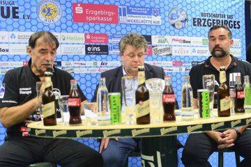 Bildquelle: © Frank Arnold • sportfotoseisenach / ThSV Eisenach  Pressekonferenz nach dem Derby in Aue: (v.l. Sead Hasanefendic, Trainer des ThSV Eisenach, Rüdiger Jurke, Geschäftsführer des EHV Aue, Stephan Swat, Trainer des EHV Aue