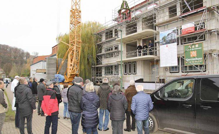 Bildquelle: © Volker Weber  Zukünftige Bewohner, Interessenten, Bauleute, Gäste und Schaulustige nahmen Anteil am Richtfest in der Eisenacher Stolzestraße.