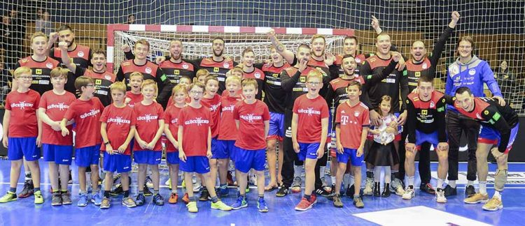 Bildquelle: © Frank Arnold • sportfotoseisenach / ThSV Eisenach Gemeinsam mit jungen Kickern aus Creuzburg und Ifta jubelte das Team des ThSV Eisenach am vergangenen Sonntag.