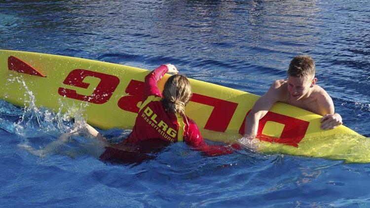 Bildquelle: © Peter Urbach / DLRG Eisenach Die Eisenacher Rettungsschwimmerin Selina Urbach nimmt während einer Übung eine verunfallte Person auf ein Rettungsbrett auf.