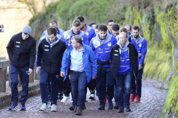 Bildquelle: © Frank Arnold • sportfotoseisenach / ThSV Eisenach Das Team beim  letzte steilen Anstieg zur Burg. Der Präsident führt die Gruppe an.