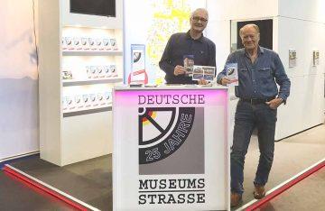 Bildquelle: © Birgit Klemann Stand der Deutschen Museumsstraße: Matthias Doht und Jürgen Kolle vom Fahrzeugmuseum Braunschweig (v.l.n.r.).