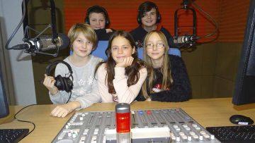 Bildquelle: © F. Klemm / Wartburg-Radio 96,5 Im Bild: Lucas, Pierre (v.r.n.l.hinten) sowie Kim, Michelle & Anna (v.l.n.r. vorn) haben eigene Geschichten geschrieben und eingesprochen.