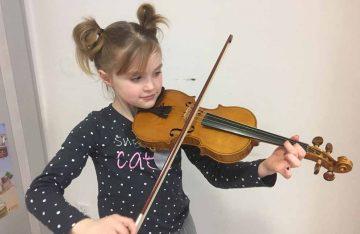 Bildquelle: © Stefanie Ihling / Landratsamt Wartburgkreis Frieda Graichen lernt Geige an der Musikschule Wartburgkreis.