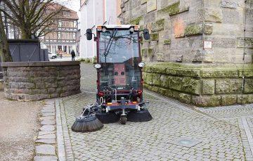 Bildquelle: © Stadt Eisenach Testfahrt kleine Kehrmaschine über den Markt